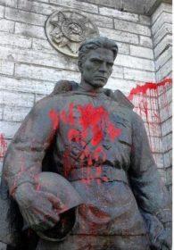 Памятник после осквернения фашистами