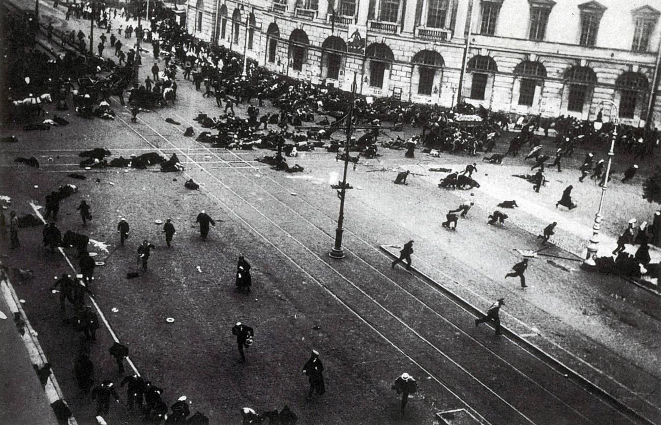 Расстрел юнкерами и казаками мирной рабочей демонстрации на Невском проспекте, Петроград 4 июля 1917