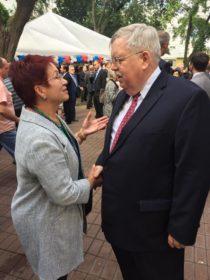 Ирина Новикова (слева) и Джон Теффт, на приеме по случаю Дня независимости