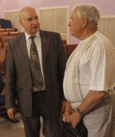 Михаил Парамонов беседует с жителями Пошехонского района