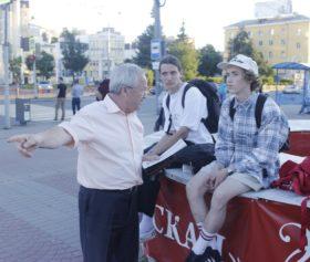Александр Воробьев беседует с молодыми людьми, нанятыми для раздачи порочащих материалов