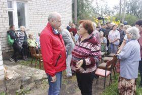 Михаил Парамонов (в центре) общается с жителями