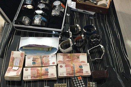 Коллекцию часов и крупную сумму денег изъяли при обыске