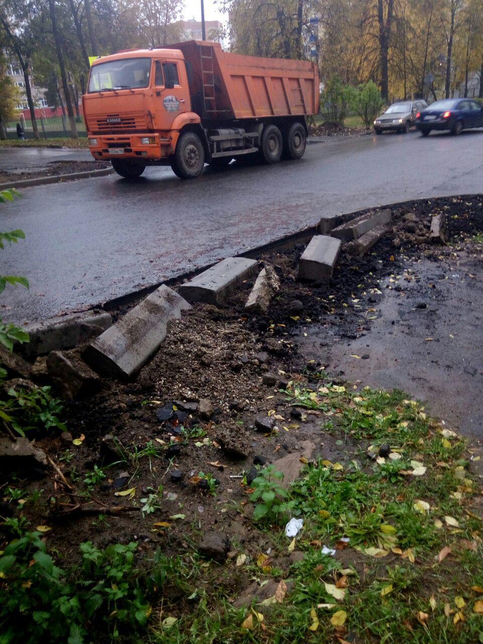 На улице Менделеева обрушился новый бордюр