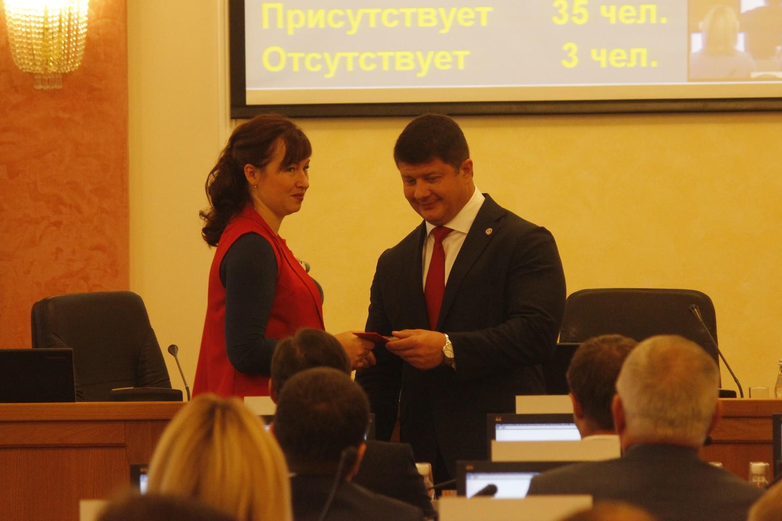 Депутатам муниципалитета вручили постоянные удостоверения