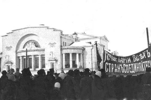 Демонстрация в поддержку установления Советской власти в Ярославле у Волковского театра
