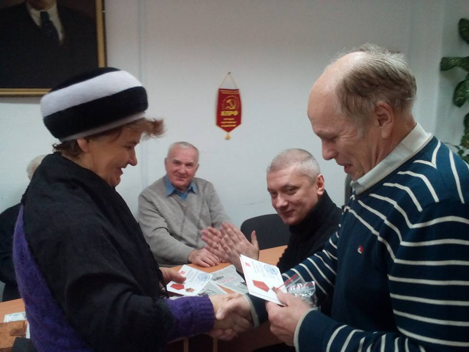 Вручение памятных медалей ветеранам партии