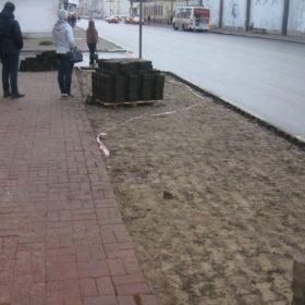 На проспекте Октября меняют тротуарную плитку