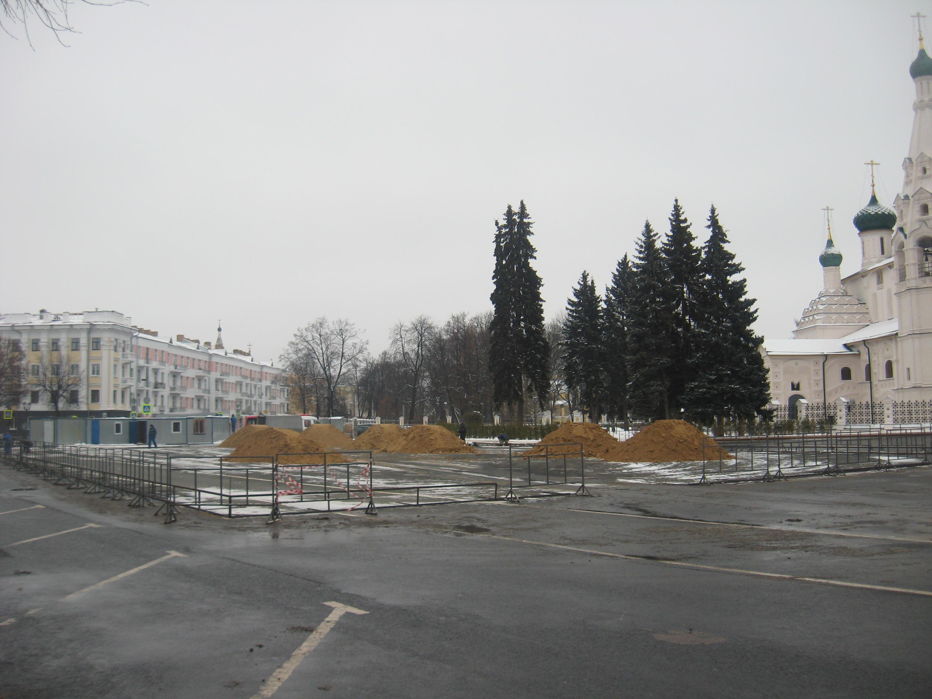 На Советскую площадь завозят песок
