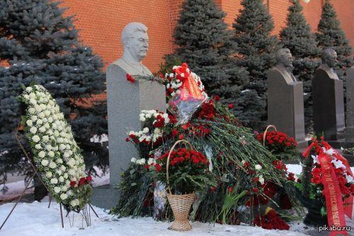 Цветы к могилам Сталина и Дзержинского