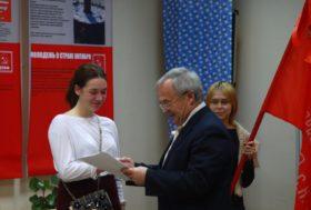 Диплом вручается Дарье Юматовой