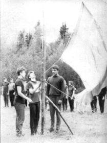 Подъем флага открытия областных соревнований по туризму. В.И. Сокоушин слева.