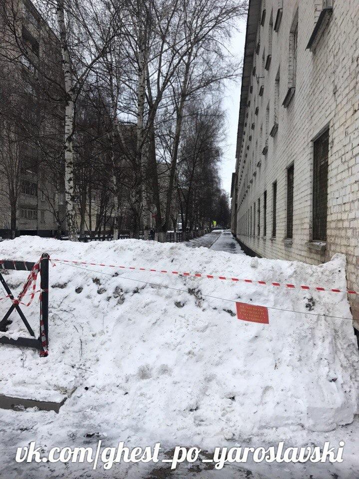 «Доступная среда» по-ярославски: снег свален на тротуар