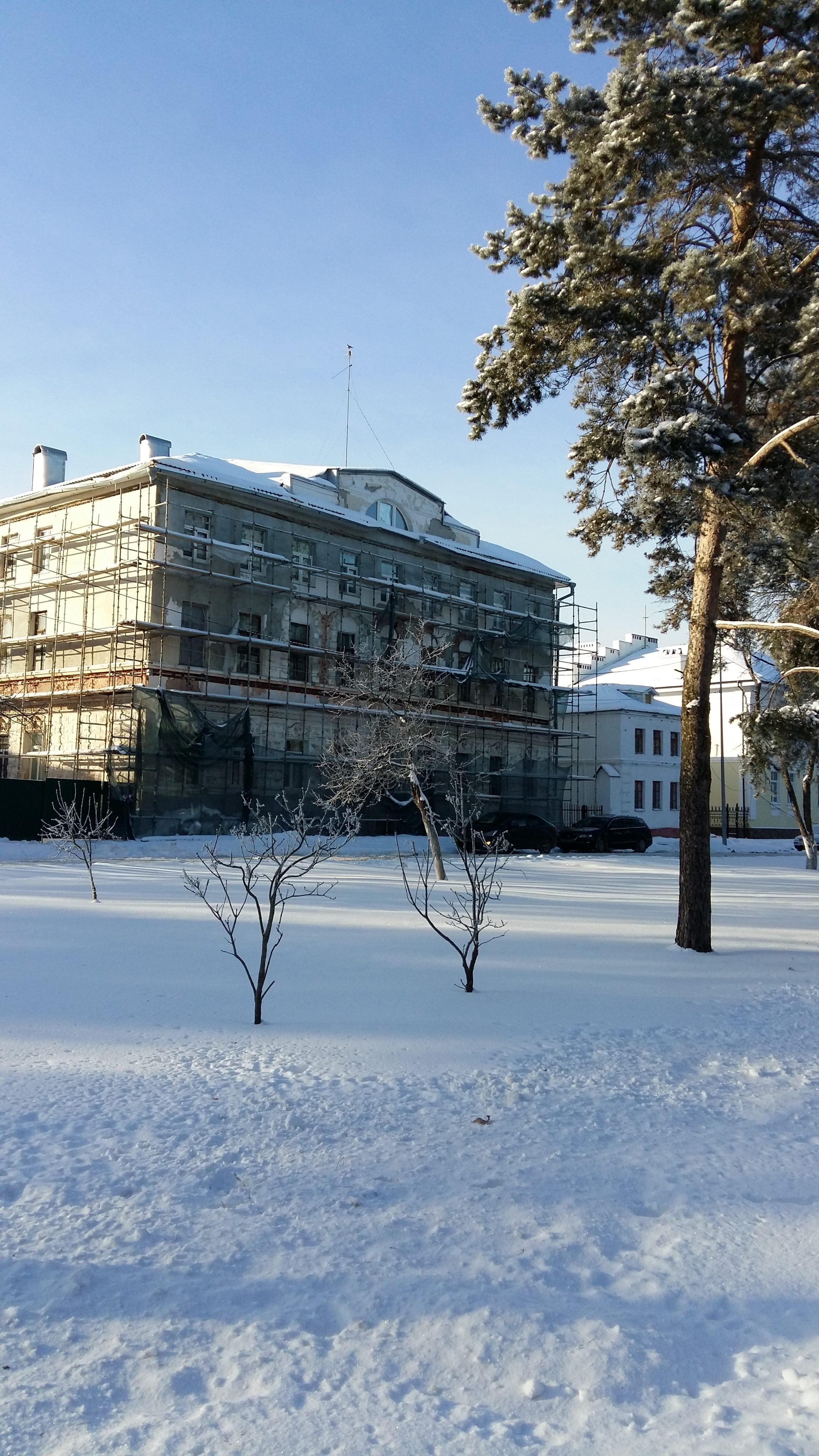 Здание на площади Челюскинцев.