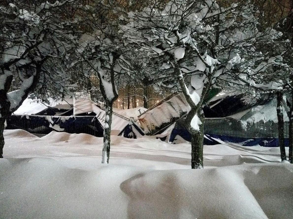 Снег обрушил крышу