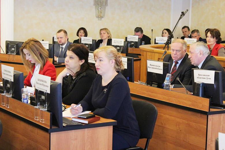 В первом ряду депутаты фракции КПРФ в муниципалитете г. Ярославля. Слева направо: Е. Овод, Е. Горбунова, Н. Бобрякова.