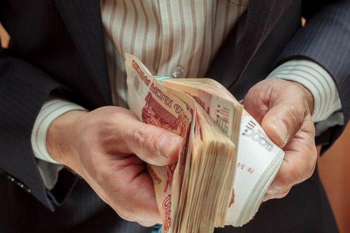 У госчиновников зарплата перевалила за 200 тысяч