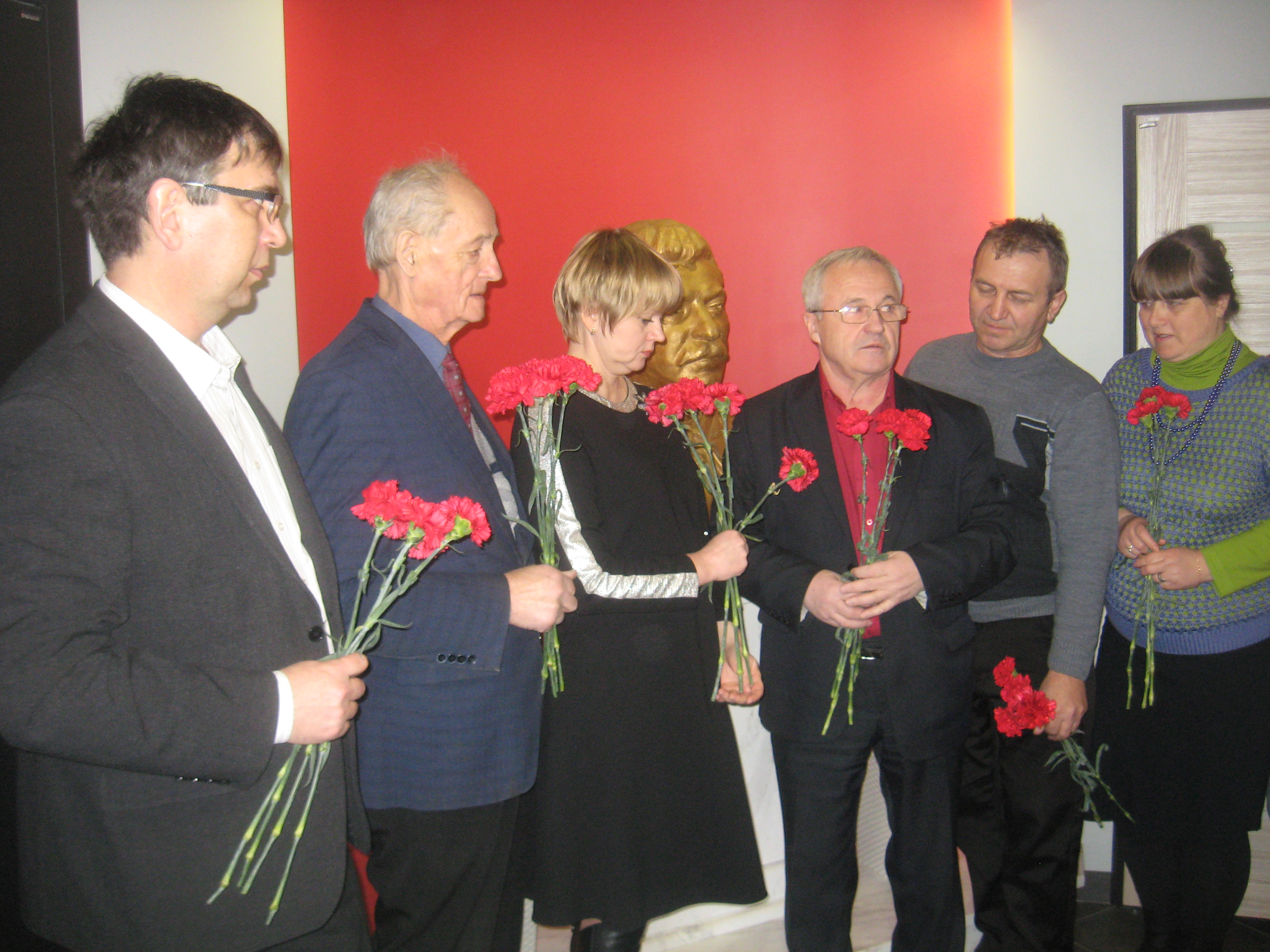 Возложение цветов к бюсту И. В. Сталина