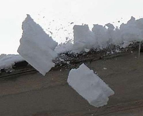 Следственный комитет ведет проверки по фактам травмирования горожан падением снега с крыш