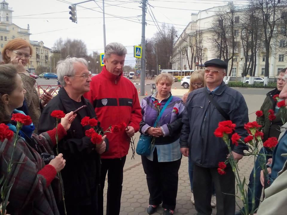 Цветы к памятнику Карлу Марксу (фоторепортаж)