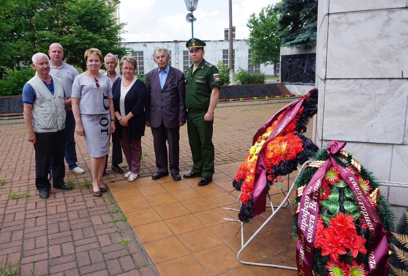 Ярославские моторостроители возложили цветы к мемориалу героев