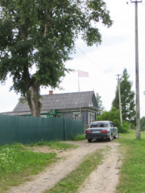 Красный флаг над деревней