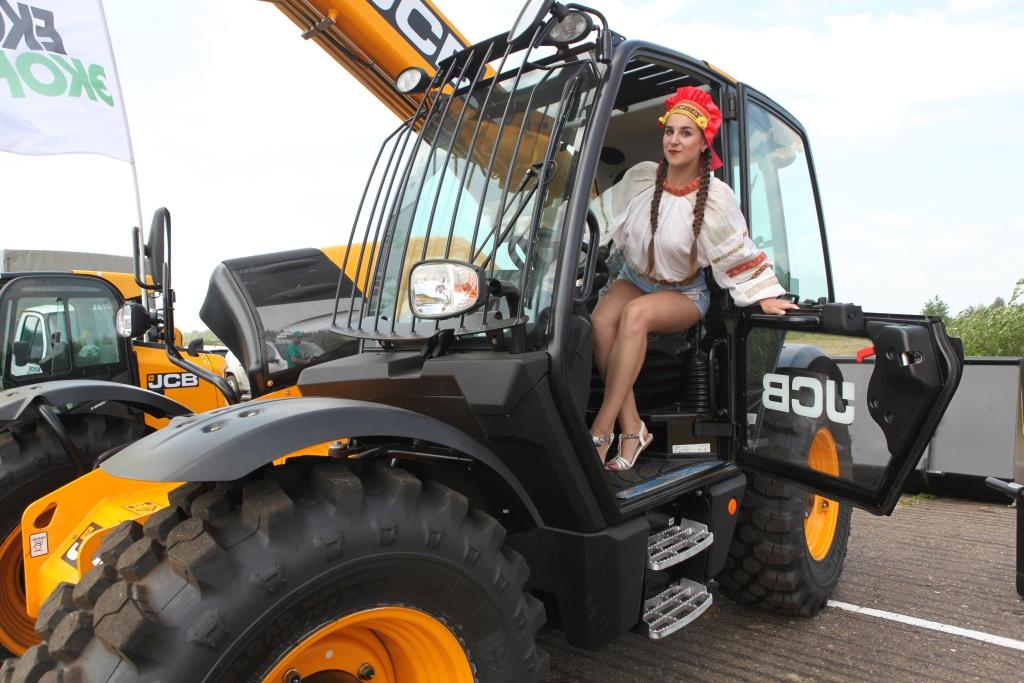 День поля: трактора и самолеты
