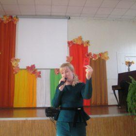 Наталия Бобрякова демонстрирует свой комсомольский билет