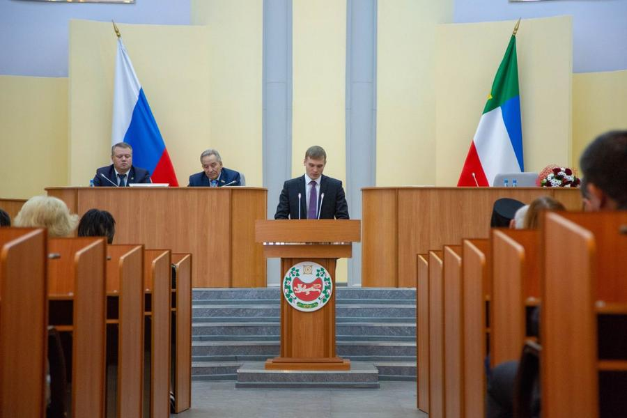 Глава Хакасии коммунист Валентин Коновалов вступил в должность и начал формирование правительства народного доверия и созидания
