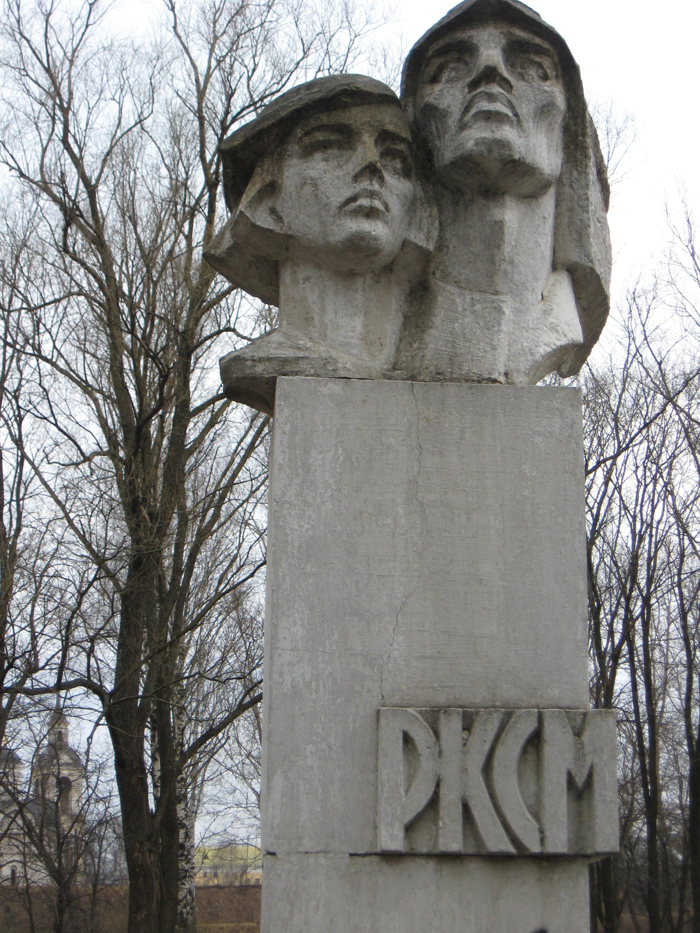 В Ростове реконструировали стелу в Комсомольском парке