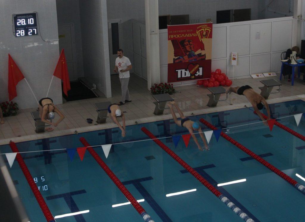 Семейные эстафеты в бассейне в День защитника Отечества