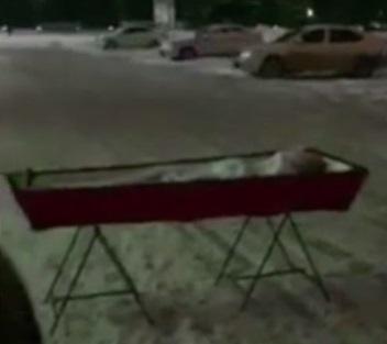 Вдова привезла гроб с телом мужа к зданию правительства