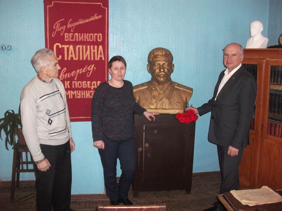 В Рыбинске возложили цветы к бюсту вождя