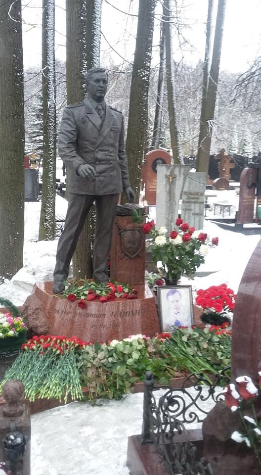 Цветы от ярославцев, костромичей и патриотов из других городов легли на могилу Виктора Илюхина