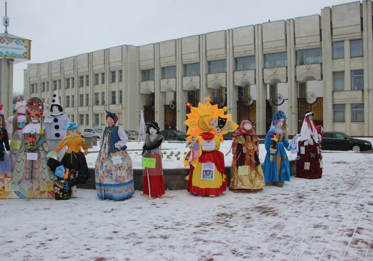 Главную Масленицу страны открыл парад диковинных кукол
