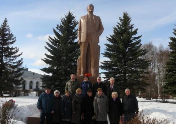 Цветы к памятнику В. И. Ленину