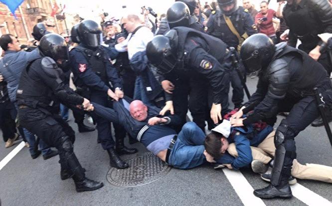 Разгон согласованного первомайского шествия в Санкт-Петербурге (видео)