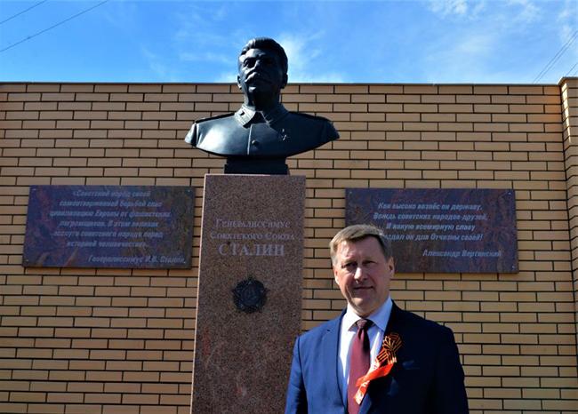 В Новосибирске в День Победы коммунисты открыли памятник Сталину (видео)