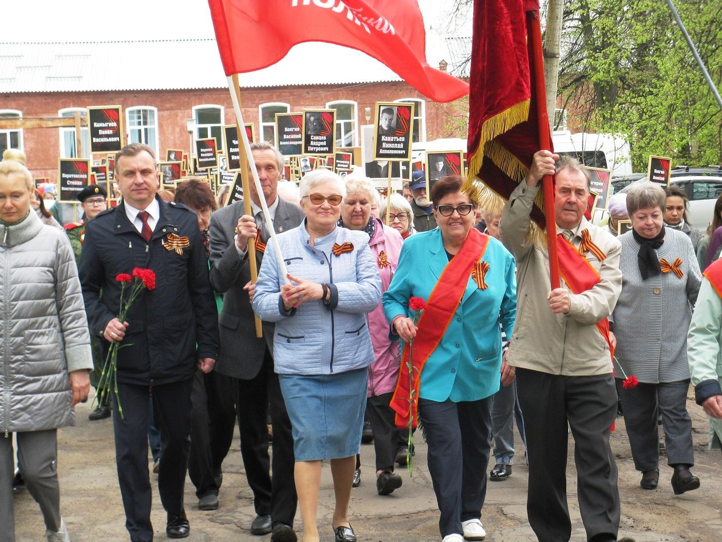 Коммунисты приняли участие в акции «Бессмертный полк» в поселке Красный Перевал
