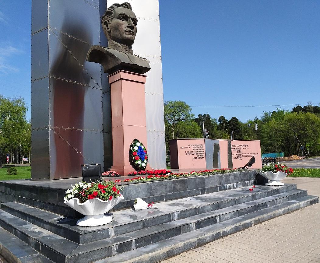 Ради цветов от партии власти были вырваны цветы, посаженные коммунистами
