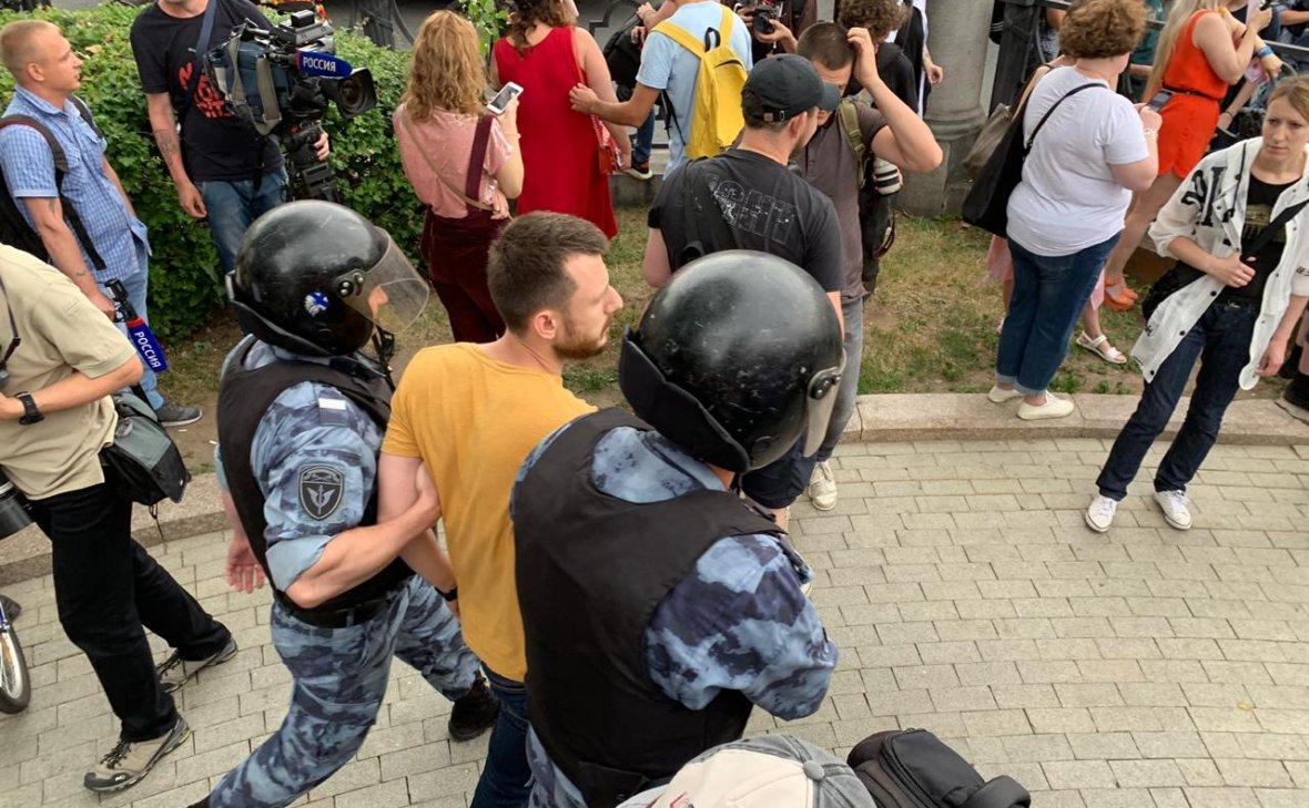 В День России полиция задержала в Москве более 200 человек (видео)