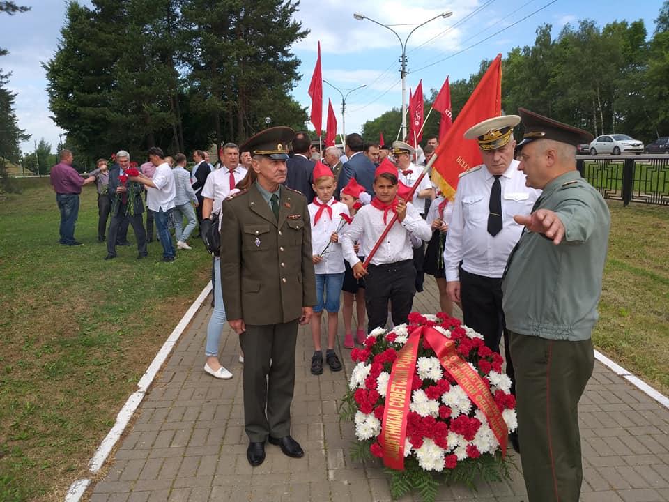 Ярославские коммунисты возложили цветы к памятнику Сибирякам