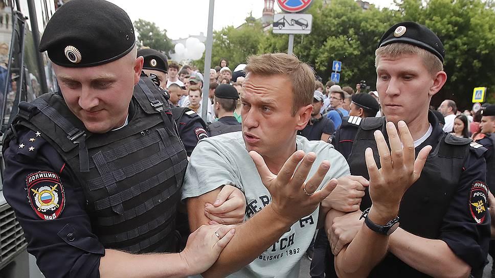 Алексей Навальный во время очередного ареста попал в больницу