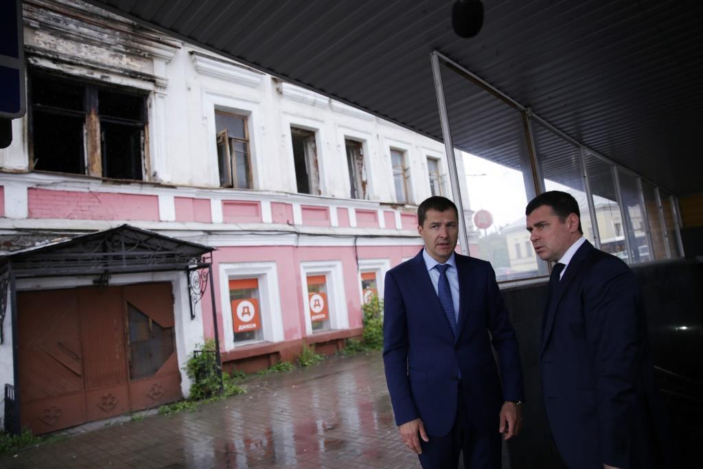 Через три месяца к сгоревшему дому приехали губернатор с мэром