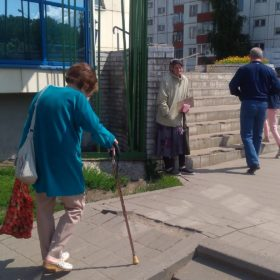 """Пожилая женщина просит: """"Помогите пожалуйста"""""""