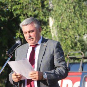 Анатолий Каширин читает резолюцию