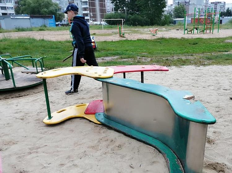 Депутат-коммунист просит мэра отремонтировать детский городок