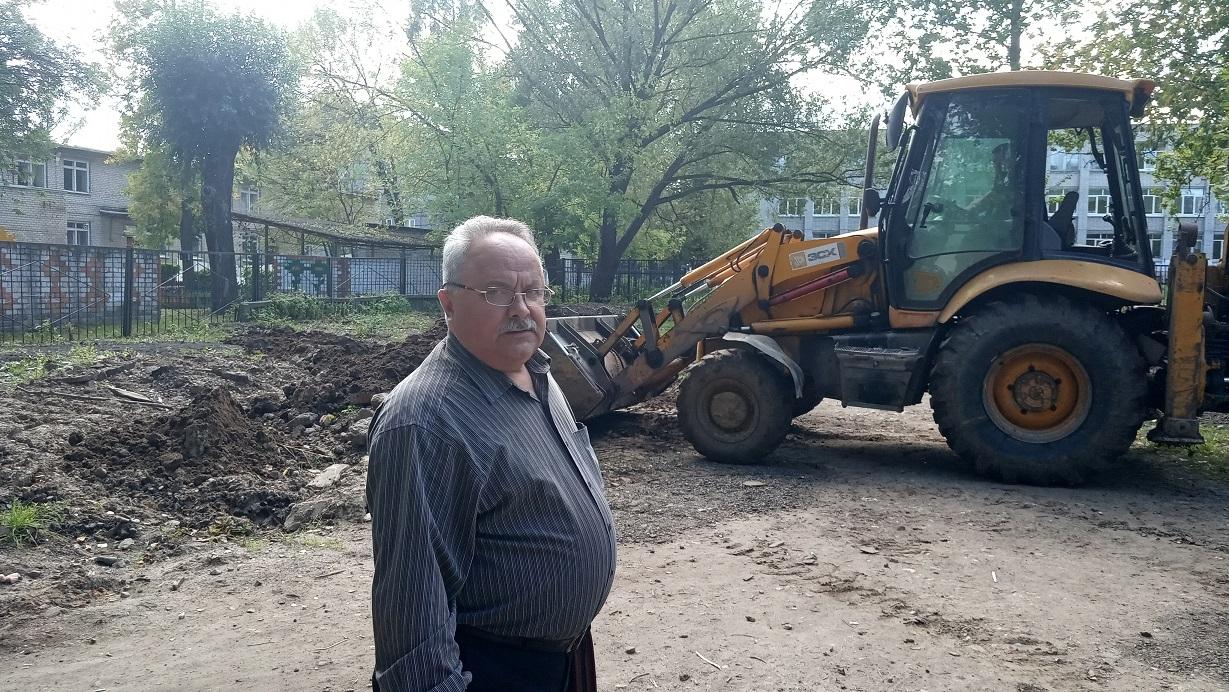 Депутат КПРФ благоустроил территорию возле школы