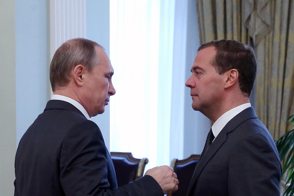 В день рождения Путин проиндексировал зарплату себе и Медведеву