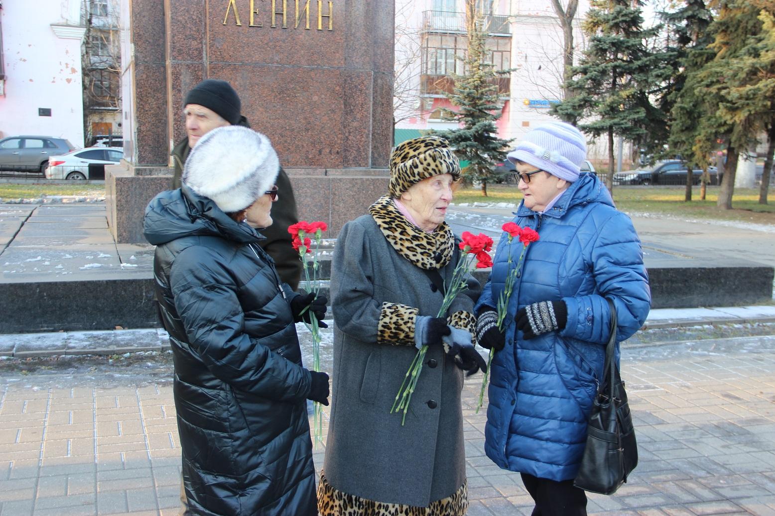 Цветы к памятнику В.И.Ленину под надзором полиции